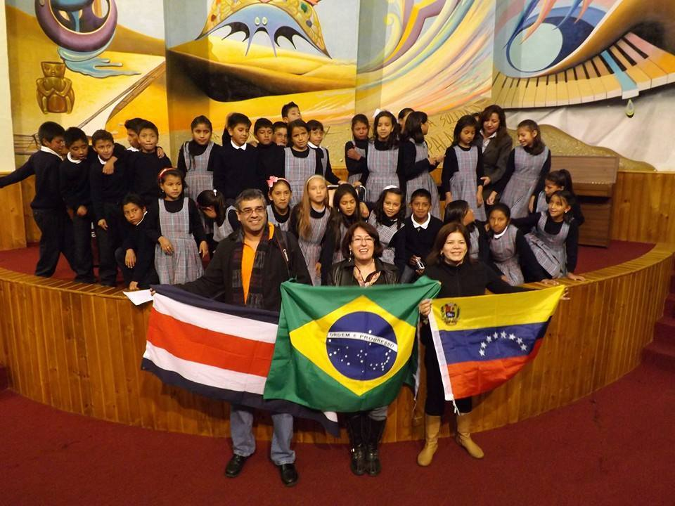Omira Bellizio con los niños de Ecuador foto 3